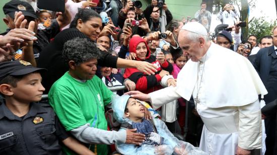 El papa en favela de brasil