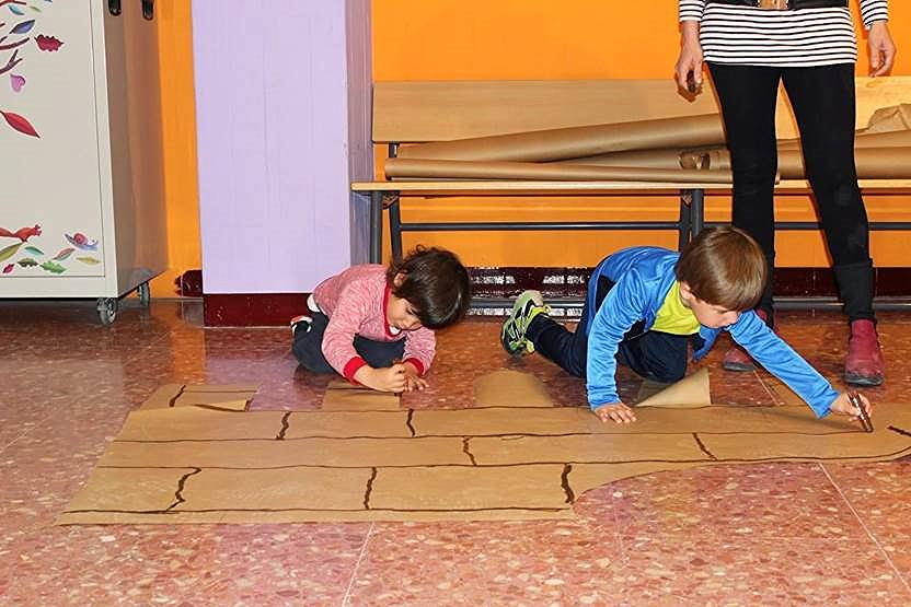 Aportan sus elaboraciones plásticas, que son convenientemente ampliadas y utilizadas para decorar el vestíbulo y la entrada del colegio