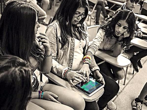Estudiantes del IES 'Arabista Ribera' componiendo y reproduciendo sonidos con dispositivos móviles | Adolf Murillo