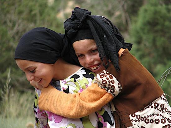 Un grupo de alumnos y alumnas del IES Barrio de Bilbao, en los primeros días de julio de 2011 tuvieron ocasión de viajar a Ifoulou (Marruecos), de convivir con Laila -la maestra de educación infantil de la localidad- y colaborar en el desarrollo de una semana de actividades educativas con los niños y niñas de Ifloulou | Blog 'Cambia la mirada'