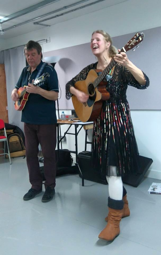 Esperanto musical duo Kajto singing on stage