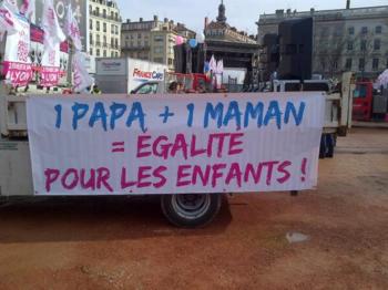 L - Slogan 1 Papa + 1 Maman - Bellecour - 12h00