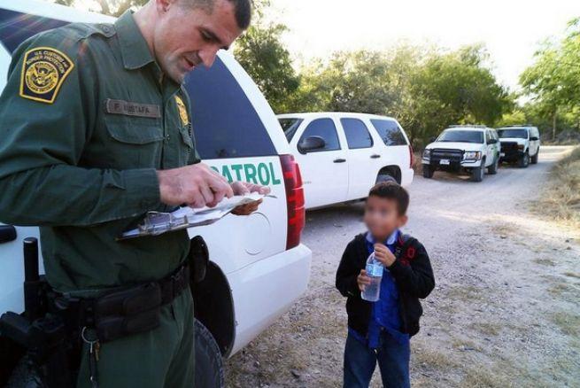 Un menor es interrogrado por un agente del US Border PAtrol.