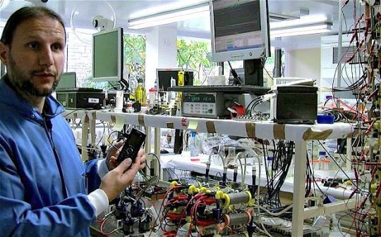 El Dr. Ioannis Ieropoulos en su laboratorio del BRL